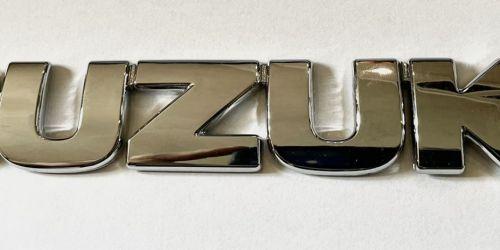 Suzuki Grand Vitara - SUZUKI felirat /Gyári/ Csomagtér ajtó embléma, króm Eredeti Suzuki alkatrész: 77831-65D01-0PG 3999Ft