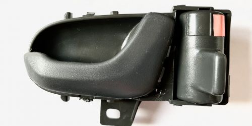1998-2003 Suzuki Swift - Kilincs, belső jobb Színe: Szürke Minőségi utángyártott alkatrész: 83110-80E70-T01 83110-80E00-T01 1999Ft